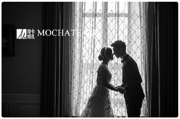 2014年5月24日,对我来说不仅是举办婚礼的日子,更是实现梦想的一天。 因为老公十分喜欢《了不起的盖茨比》这部电影,所以当初在和摩卡团队商定婚礼策划的时候,我们特别提到想要拥有一场像盖茨比的花园一样华丽、唯美的婚礼。 婚礼举办的前一天晚上,细雨蒙蒙,完全没有停下来的意思,我不禁有点儿担心,这样的天气会不会影响第二天的婚礼。看着灰蒙蒙的天,我在心里默默地祈祷,期盼明天一切顺利。  令人意想不到的是,细雨过后,一切如烟似雾,所有的景色都有了不一样的梦幻色彩。当真实的场景摆在眼前,当初的预想全部实现,我是