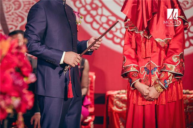 传统的古典中式婚礼自然少不了花烛和